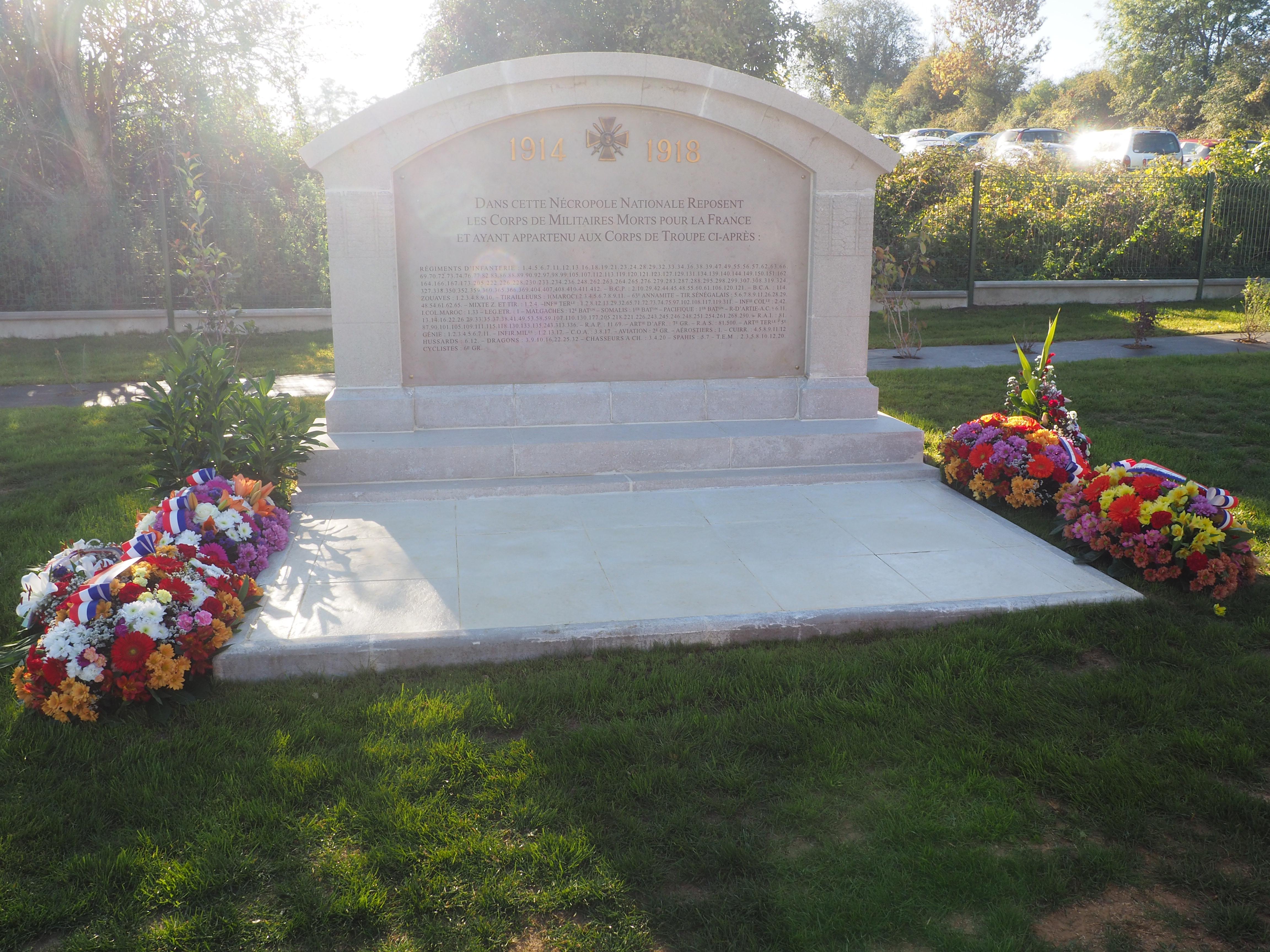 Stèle cimetière militaire